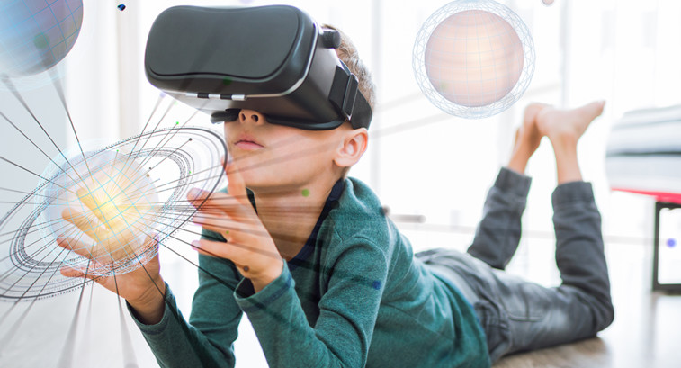 Kid uses VR to see planets